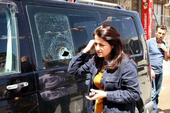 AK Partili Gülşen Orhan'a taşlı saldırı