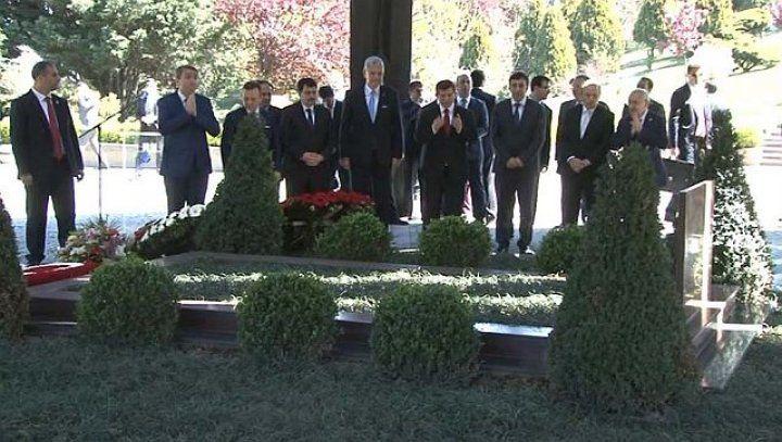 Başbakan Davutoğlu Özal'ın mezarını ziyaret etti