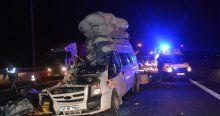 Düğünden dönen minibüs kamyona çarptı: 6 ölü, 11 yaralı!