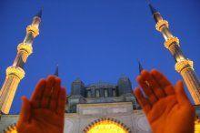 Regaip Kandili'nde eller dua için açıldı