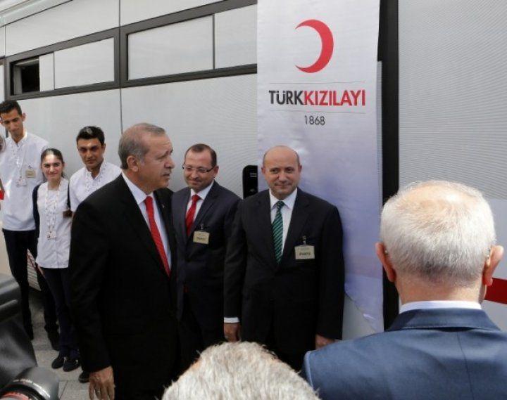 Cumhurbaşkanı Erdoğan kan bağışı çadırı ile otobüsünü ziyaret etti