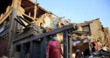Nepal'de halk kendi imkanları ile enkazları kaldırmaya çalışıyor