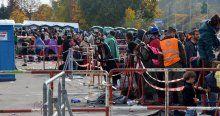 Sığınmacılar çoluk çocuklarıyla sınır kapılarında