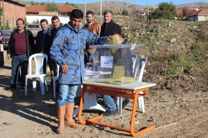 Sokak ortasında oy kullanıyorlar