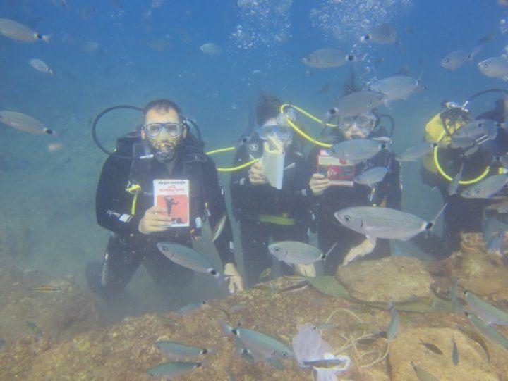 Su altında kitap okudular