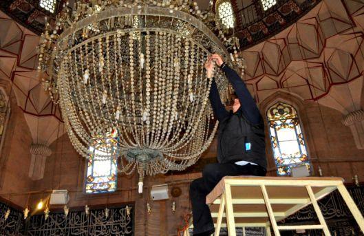 Selimiye Camii'ndeki devasa avize bakıma alındı
