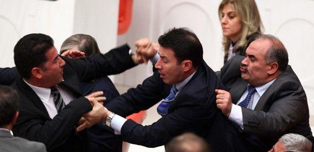 Mecliste yumruk yumruğa kavga!