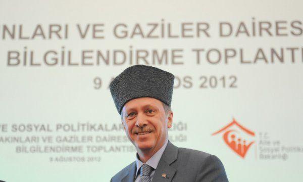 Erdoğan'a kalpak taktı