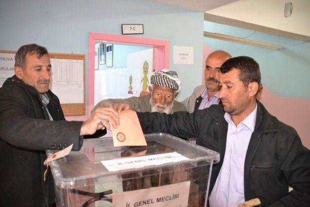Türkiye'nin en yaşlı seçmenleri oylarını kullandı