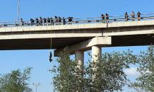 IŞİD militanları köprüde talim yaptı