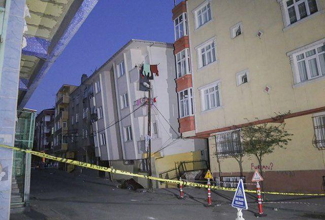 Gaziosmanpaşa'da 5 katlı bina yan yattı!