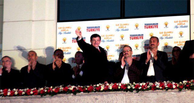AK Parti tek başına iktidar! Davutoğlu balkondan zafer konuşması yaptı!