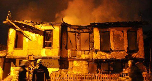 O tarihi evler cayır cayır yandı!