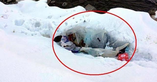 Karda naylonun içinde yatan adama sahip çıkıldı
