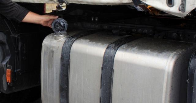 Park halindeki tırdan 230 litre mazot çaldılar