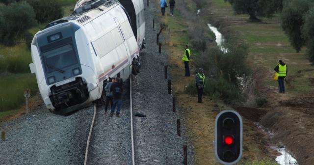 İspanya'da tren raydan çıktı: 30 yaralı