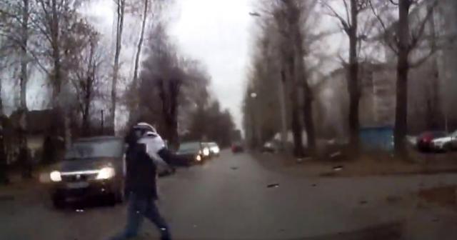Yola atlayan genç kıza otomobil çarptı