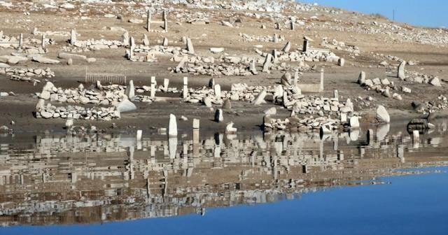 Baraj suları çekilince mezarlıklar ortaya çıktı