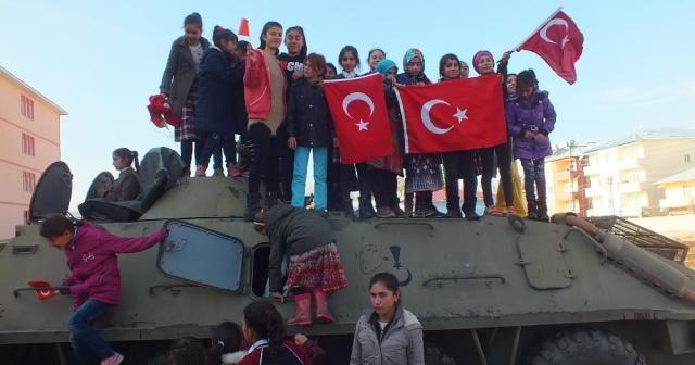 Malazgirtli çocuklar zırhlı araçlara bindi