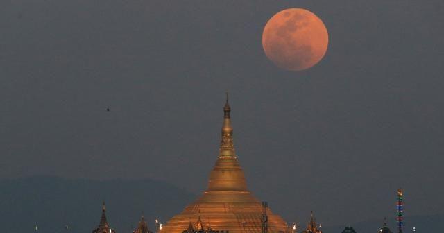 'Süper Kanlı Mavi Ay Tutulması' hayran bıraktı