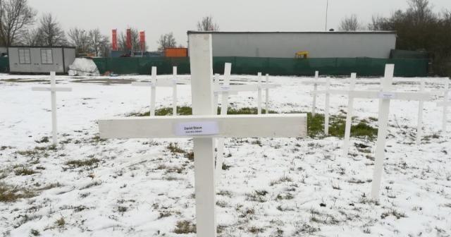 Almanya'da cami arsasına haç diktiler