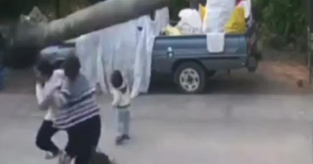 Anne oğlunu ölümden saniyelerle kurtardı
