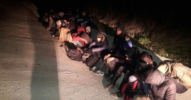 Kaçak göçmenleri yol kenarında bırakıp kaçtılar