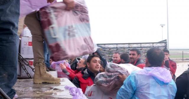 Türk Kızılayı Azez'de yardım dağıttı