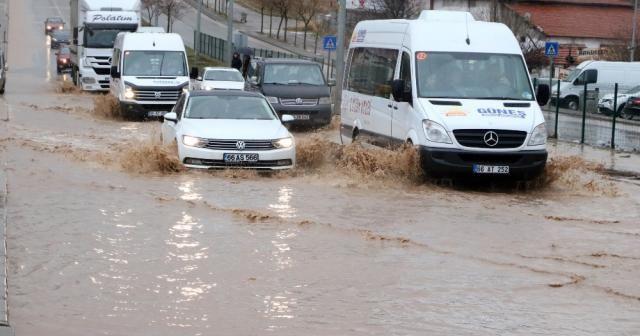Yollar göle döndü: Sürücüler zor anlar yaşadı