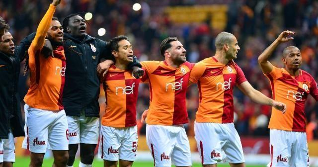 Galatasaray galibiyeti taraftarıyla kutladı