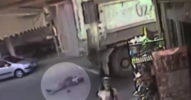 Yolun karşısına geçmek isteyen yaşlı adama kamyon böyle çarptı