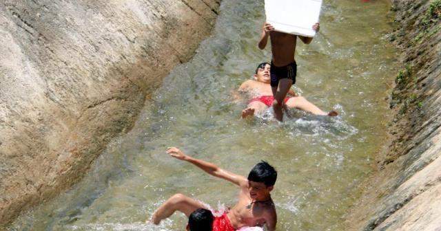 Çocukların su kanalında tehlikeli rafting keyfi
