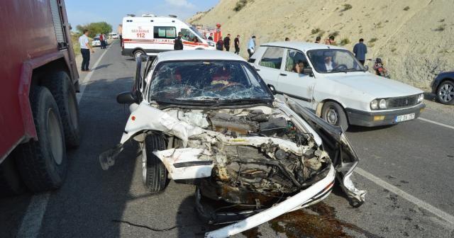 İki otomobil kafa kafaya çarpıştı: 10 yaralı