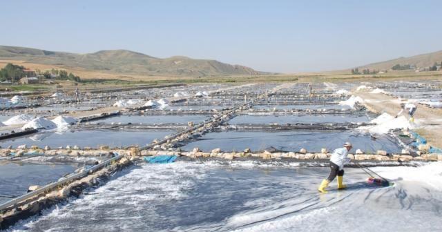 Burada günde 120 ton tuz üretiliyor