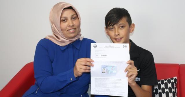 Annesinin fotoğrafını oğlunun kimliğine bastılar