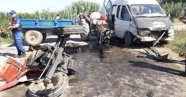 Tarım işçilerini taşıyan minibüs traktörle çarpıştı
