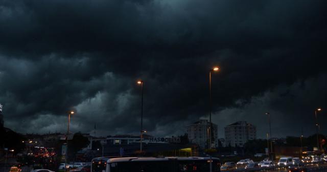 İstanbul'u kara bulutlar sardı