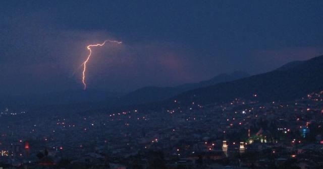 Bursa'da gökyüzünü şimşekler aydınlattı
