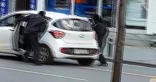 İstanbul'da güpegündüz soygun: O anlar kamerada