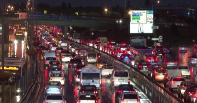 İstanbul'da trafik yoğunluğu yağmurla birlikte arttı