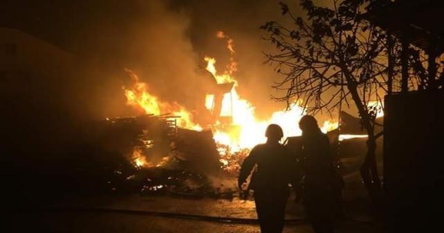 Palet fabrikasında çıkan yangın, geceyi aydınlattı