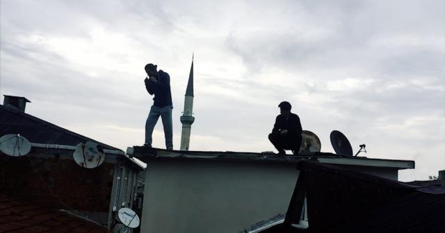Çılgın gençler taklalarla çatıdan çatıya atladı