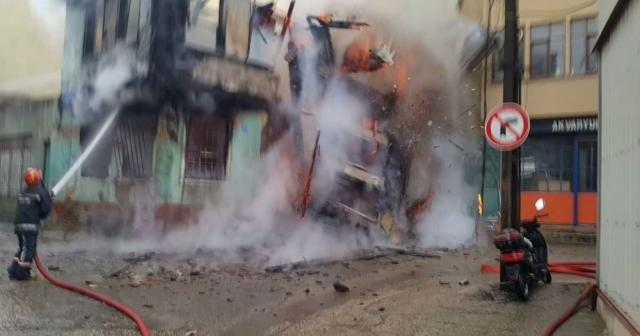 Ahşap bina alev alev yandı ve çöktü