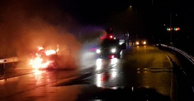 Alev alan otomobil nedeniyle trafik durdu, kaza oldu