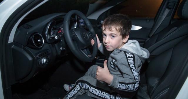 Çeçen lider 5 yaşındaki rekortmen çocuğa araba hediye etti