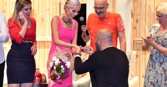 İpek Tanrıyar'a sahnede sürpriz evlilik teklifi