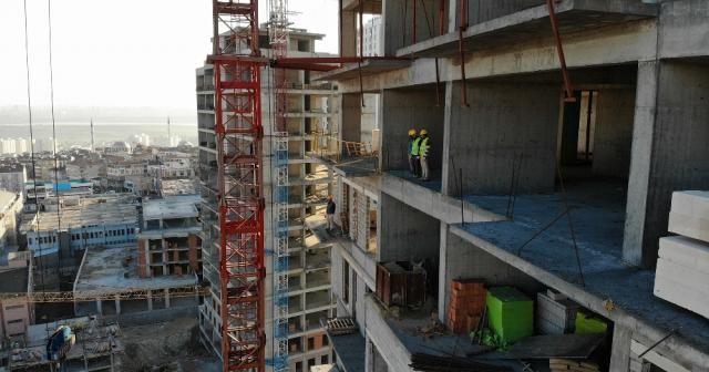 İşçilerin metrelerce yüksekteki saygı duruşu