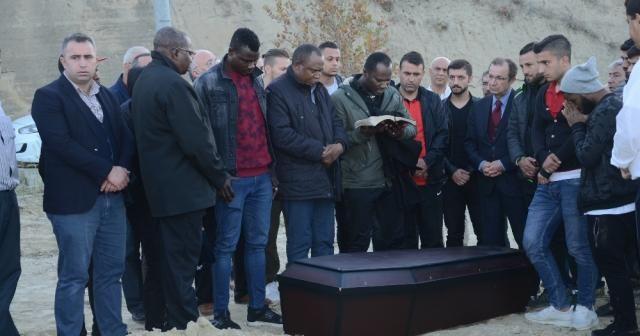 Nijeryalı oyuncu Denizli'de toprağa verildi