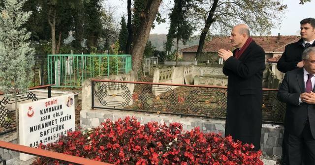 Soylu, şehit kaymakam Safitürk'ün mezarı başında dua etti