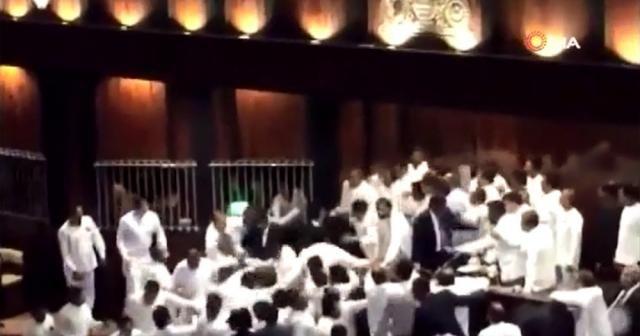 Sri Lanka Parlamentosunda yumruklu kavga